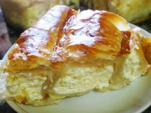 пирог улитка из слоеного теста с сладким творогом в разрезе